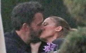 ג'ניפר לופז ובן אפלק מתנשקים