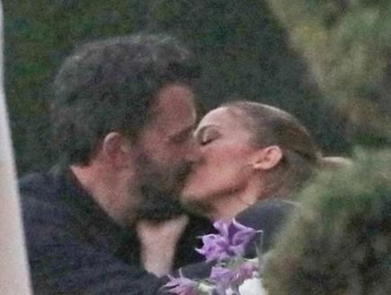 זה קרה! ג'ניפר לופז ובן אפלק מתנשקים אחרי 17 שנה