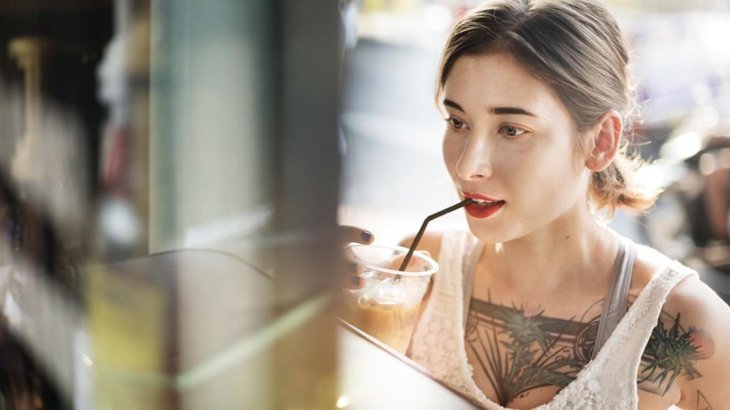 אישה שותה קפה קר (צילום:  Rawpixel.com, shutterstock)