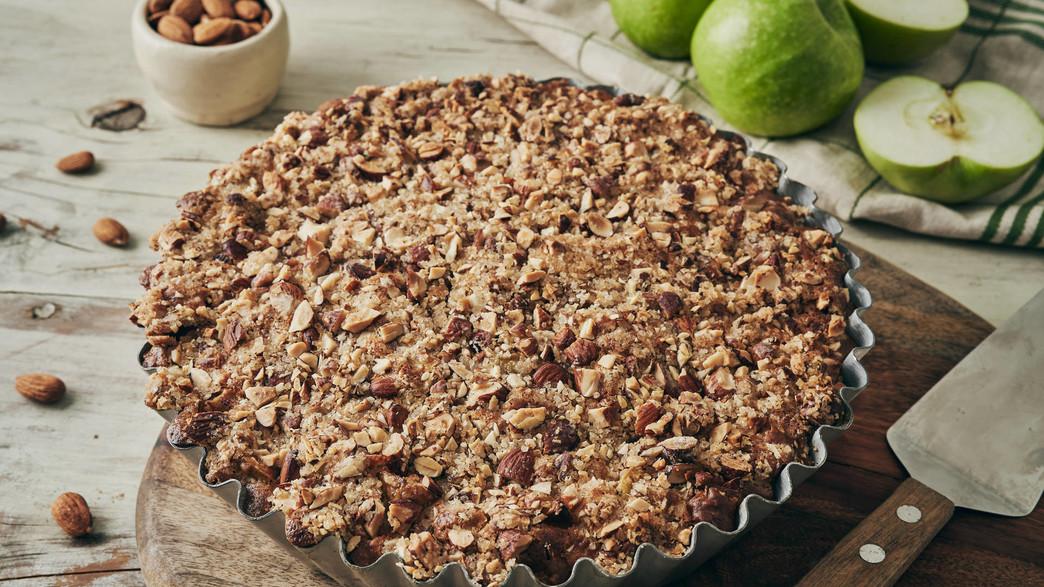 עוגת תפוחים טבעונית בחושה עם קראמבל (צילום: בבושקה הפקות)