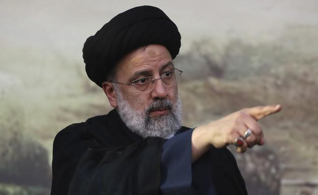 איברהים ראיסי, מועמד לנשיאות אירן, מצביע (צילום: AP)