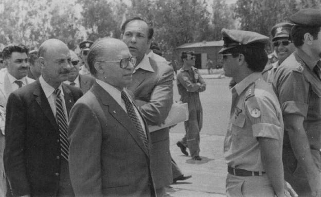 """ראש הממשלה מנחם בגין מבקר בטייסת התוקפת לאחר המבצע (צילום: ארכיון צה""""ל ומערכת הביטחון)"""