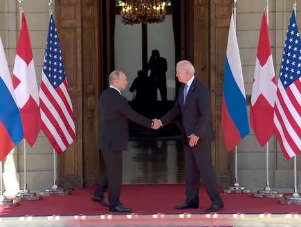 """נשיא ארה""""ב ביידן ונשיא רוסיה פוטין לוחצים ידיים (צילום: רויטרס)"""