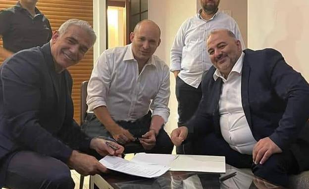 מנסור עבאס, יאיר לפיד ונפתלי בנט חותמים על הסכם (צילום: נוואף נבארי)