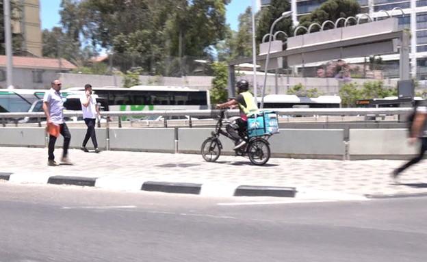 שליחי חברת המזון נוהגים בפראות בכבישים (צילום: חדשות 12)