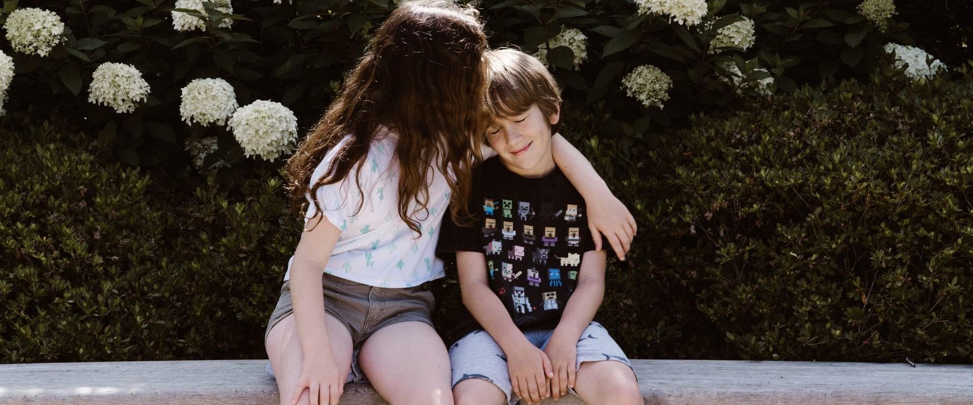 ילד וילדה יושבים על ספסל (אילוסטרציה: Annie Spratt, unsplash)