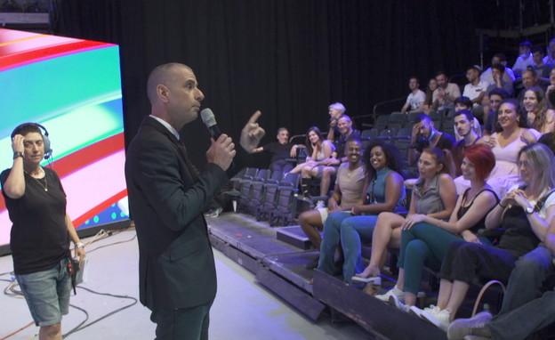 איל קיציס מדבר עם הקהל בצילומי ארץ נהדרת (צילום: חדשות 12)