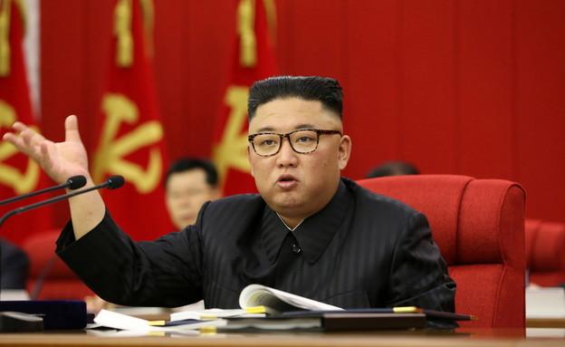 קים ג'ונג און עם בכירי מפלגתו (צילום: reuters)