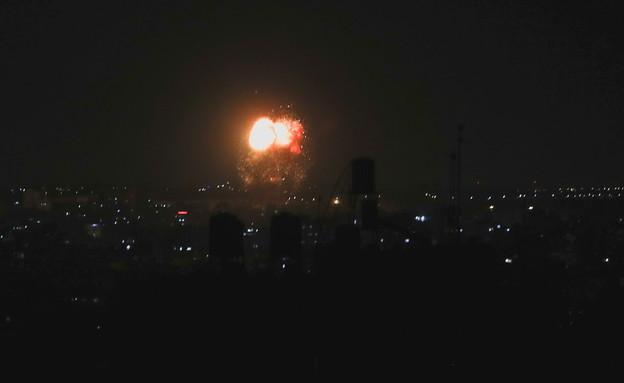 """הפצצות צה""""ל בעזה בתגובה על שיגורי הבלונים לישראל (צילום: Mohammed Salem, Reuters)"""