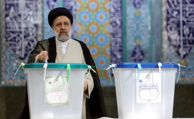 המועמד המוביל - איבראהים ראיסי מצביע בטהראן (צילום: reuters)