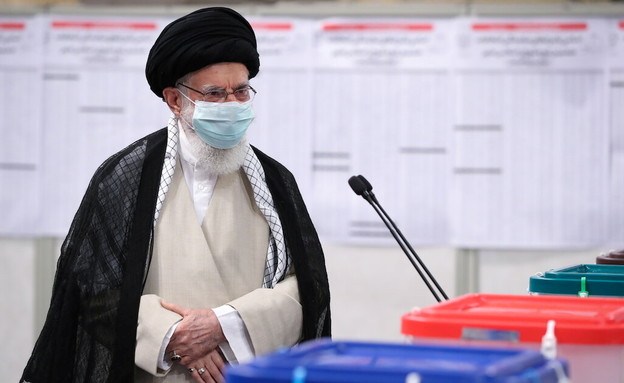 המנהיג העליון של אירן - עלי חמנאי, מצביע בטהראן (צילום: reuters)
