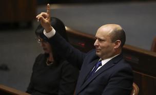 נפתלי בנט מצביע במליאת הכנסת (צילום: AP)