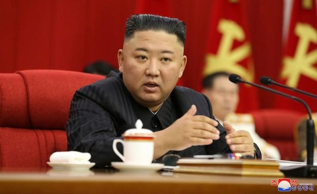 נראה חיוור ורזה יותר. קים ג'ונג און ב-18 ביוני (צילום: AP)