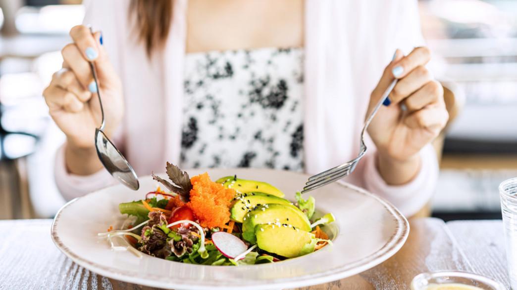 אישה אוכלת בריא (צילום: kitzcorner, shutterstock)