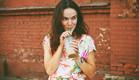 אישה שותה שייק (צילום:  Ivan Kruk, shutterstock)