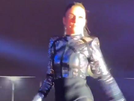 שירי מימון נפלה מהבמה בזמן הופעה - וצולמה