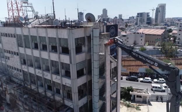 החל הפירוק של בניין רשות השידור המיתולוגי בשכונת רוממה בירושלים (צילום: יריב גולן, אקה נדלן)