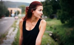 אישה לובשת גופייה (צילום: Štefan Štefančík   @cikstefan, unsplash)