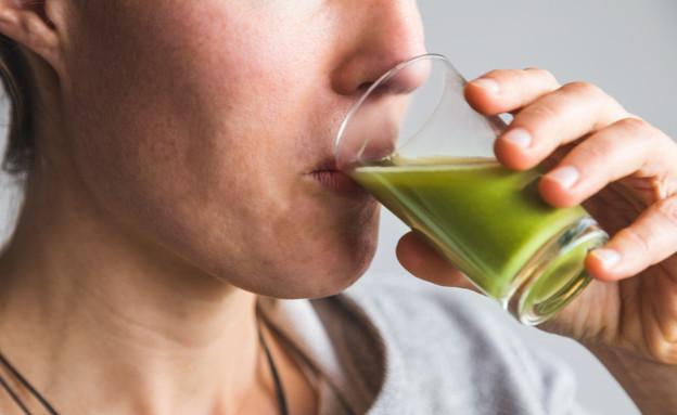 אישה שותה עשב חיטה (צילום:  Luke SW, shutterstock)