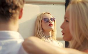 אישה מסתכלת על זוג (אילוסטרציה: Volodymyr TVERDOKHLIB, shutterstock)
