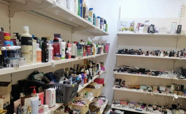 חנות במרכז שבה נמכרים מוצרים מחבילות שלא נמסרו בדואר (צילום: אפרת נומברג יונגר)