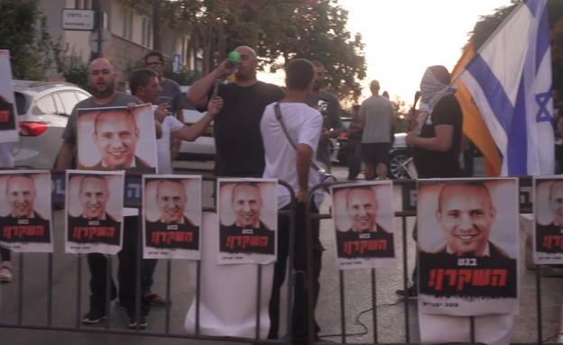 """המחאה מול ביתו הפרטי של רה""""מ בנט (צילום: החדשות 12, חוסין אל אוברה)"""