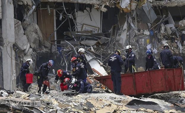 מחפשים קורבנות מתחת להריסות הבניין שקרס במיאמי (צילום: AP)