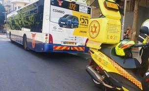 """זירת התאונה בתל אביב בה נהרגה הולכת רגל כבת 40 (צילום: תיעוד מבצעי מד""""א)"""