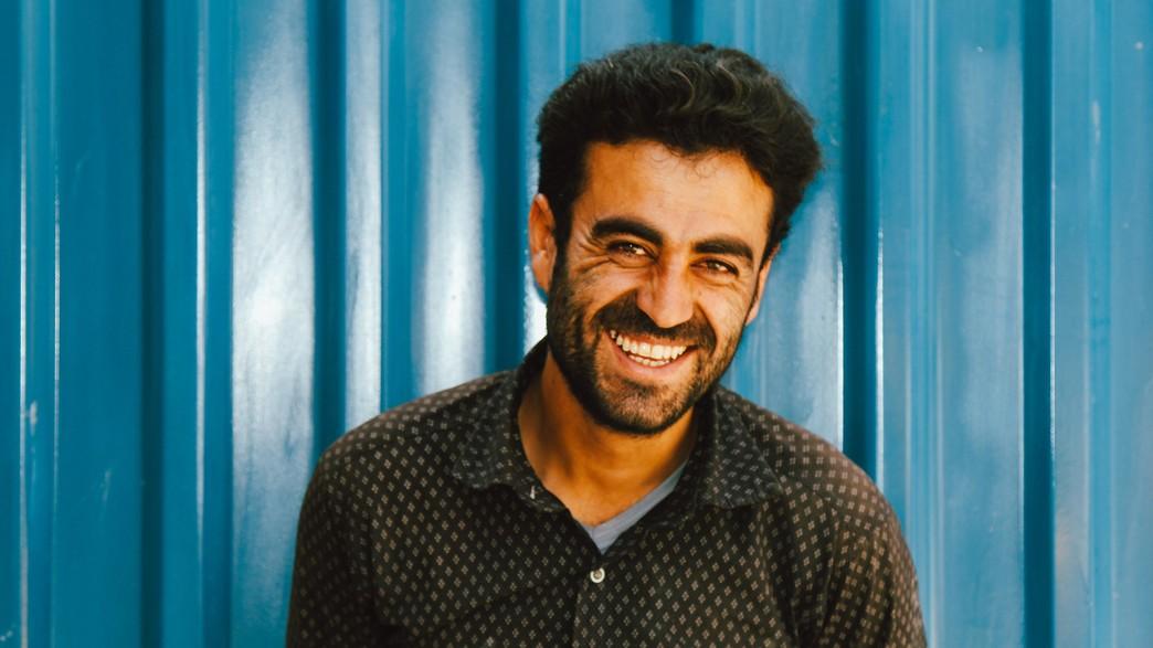 גבר מחייך (צילום:  Avatar of user Zahra Amiri Zahra Amiri @zahraamiri_     Zahra Amiri UNSPLASH)