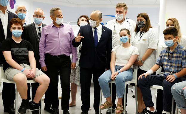 ראש הממשלה נפתלי בנט במתחם חיסונים בחולון (צילום: רויטרס)