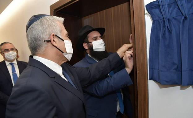 """לפיד בטקס הנחת המזוזה בשגרירות באבו דאבי (צילום: שלומי אמסלם, לע""""מ)"""