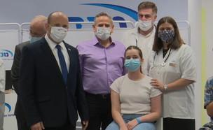 ראש הממשלה נפתלי בנט במתחם חיסונים בחולון (צילום: החדשות12)