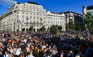 """מחאה בהונגריה נגד החוק האוסר על """"תעמולה הומוסקסואלית"""" (צילום: GERGELY BESENYEI / AFP, GettyImages)"""