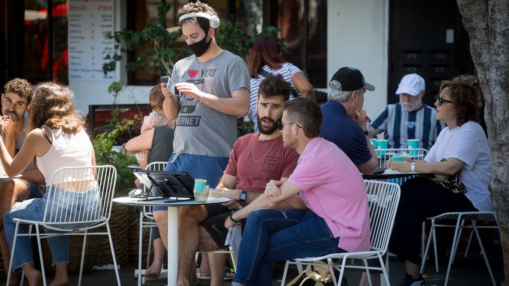 אנשים מבלים מרחובות תל אביב (צילום: מרים אלסטר, פלאש 90)