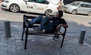 גבר התערטל מול נשים  (צילום: אנג'ל פיבן )
