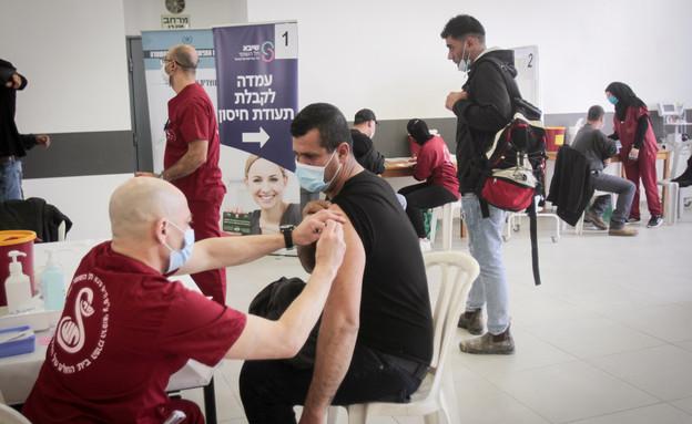 עמדת חיסון לקורונה של שיבא תל השומר (צילום: נאסר איסתייה, פלאש 90)