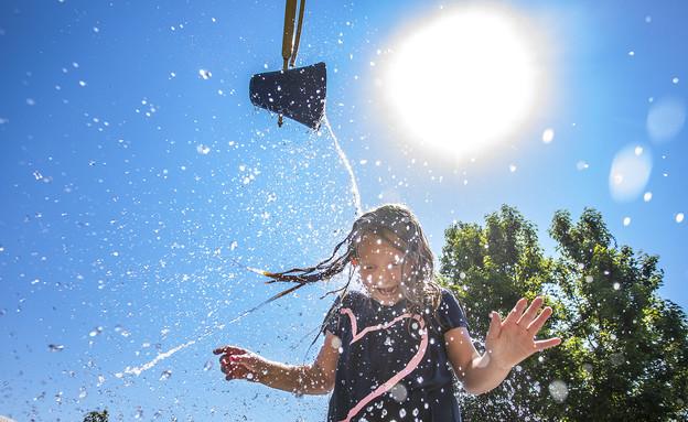 מתמודדים עם החום בקנדה (צילום: AP)