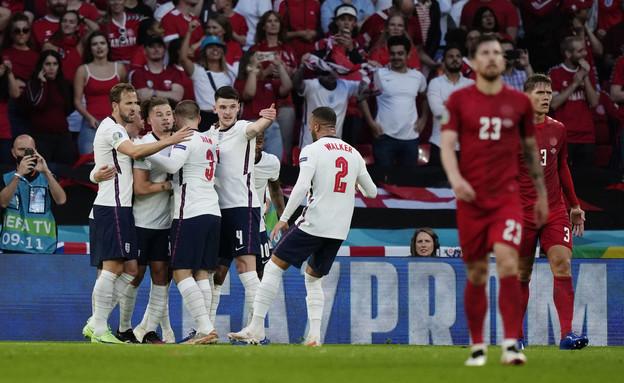 נבחרת אנגליה חוגגת (צילום: רויטרס)