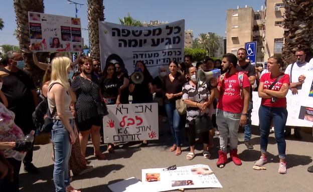 מפגינים נגד כרמל מעודה מחוץ לבית משפט (צילום: N12)
