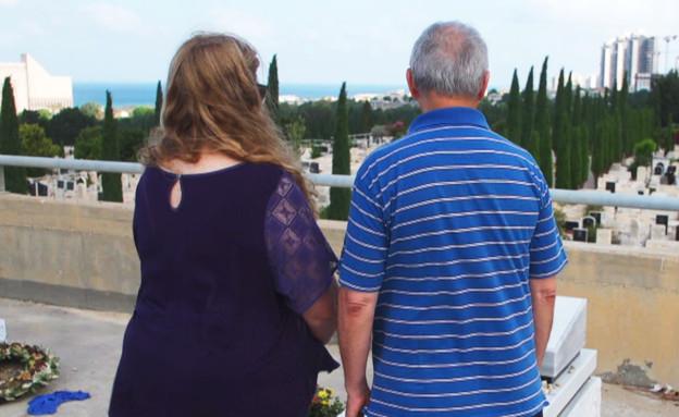 הוריו של קצין המודיעין שמת ליד קברו (צילום: N12)