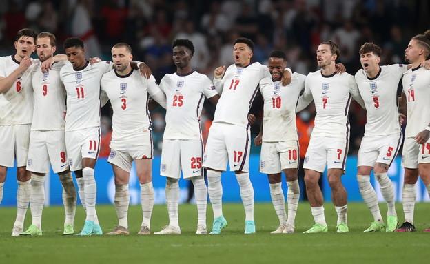 שחקני אנגליה במהלך דו קרב הפנדלים (צילום: רויטרס)