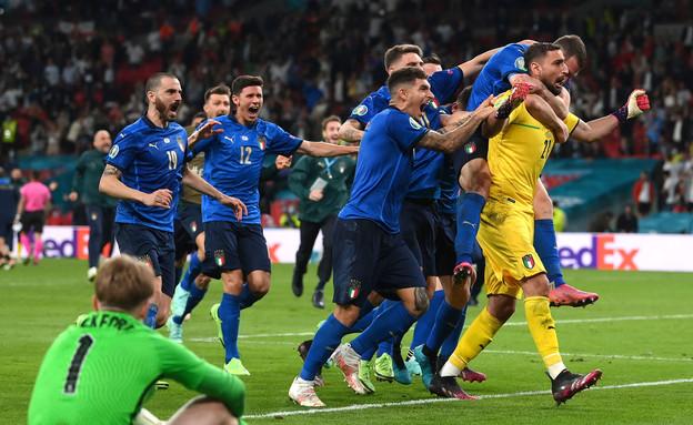 נבחרת איטליה חוגגת (צילום: רויטרס)
