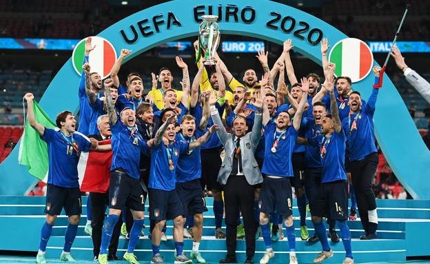 נבחרת איטליה מניפה את גביע היורו (צילום: רויטרס)