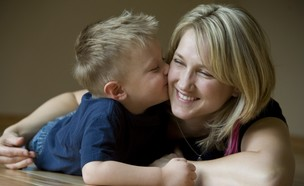 ילד מנשק את אמא שלו (צילום: אימג'בנק / Thinkstock)