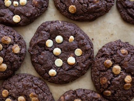 עוגיות שוקולד ושוקולד צ'יפס לבן מקרוב