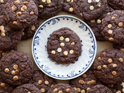 עוגיות שוקולד ושוקולד צ'יפס לבן - על צלחת