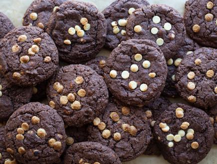 עוגיות שוקולד ושוקולד צ'יפס לבן - ערימה