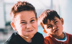 ילדים עושים פרצופים (צילום: Austin Pacheco UNSPLASH)