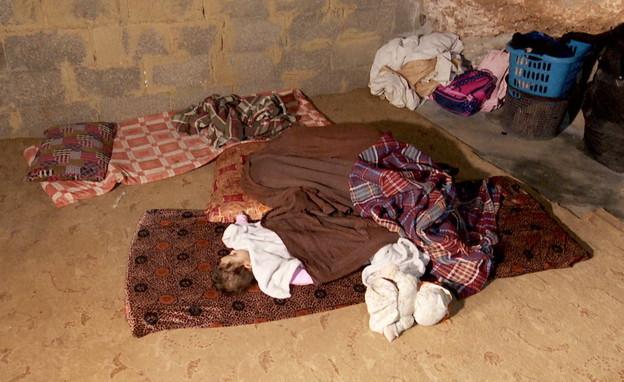 ילדה ישנה במערה בה מסתתרים פלסטינים בשטחי C (צילום: חדשות 12)