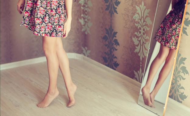 אישה מול מראה (צילום: Shutterstock)